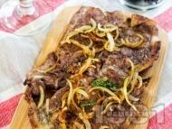 Пържени свински вратни пържоли с карамелизиран лук на тиган